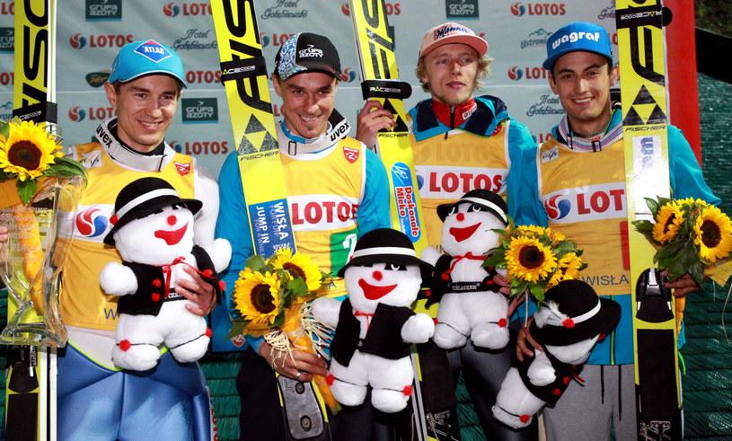 Od lewej: Kamil Stoch, Piotr Żyła, Dawid Kubacki i Maciej Kot na podium konkursu drużynowego w Wiśle /Grzegorz Momot /PAP