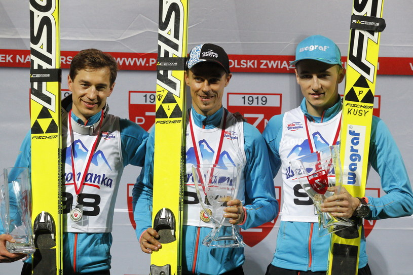 Od lewej: Kamil Stoch, Piotr Żyła i Bartłomiej Kłusek na podium /Andrzej Grygiel /PAP