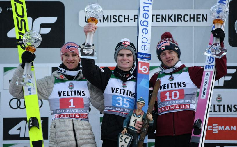 Od lewej: Karl Geiger, Marius Lindvik i Dawid Kubacki na podium w Garmisch-Partenkirchen /PAP/EPA