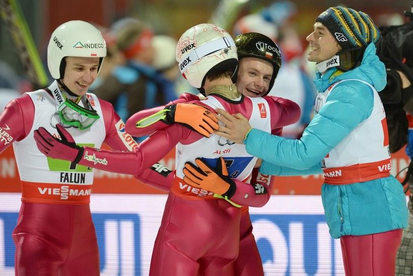 Od lewej: Klemens Murańka, Kamil Stoch, Jan Ziobro i Piotr Żyła po zdobyciu brązowego medalu w drużynie na MŚ w Falun /AFP