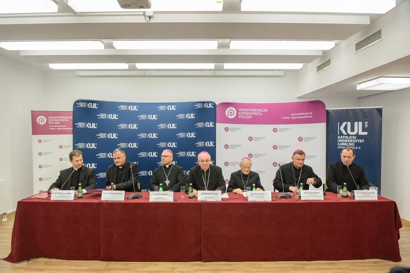 Od lewej: ks. dr Paweł Rytel-Andrianik, ks. prof. Antoni Dębiński, bp Artur Miziński, abp Stanisław Budzik, abp Henryk Hoser, bp Krzysztof Zadarko i ks. dr Andrzej Lubowicki /Wojciech Pacewicz (PAP) /PAP