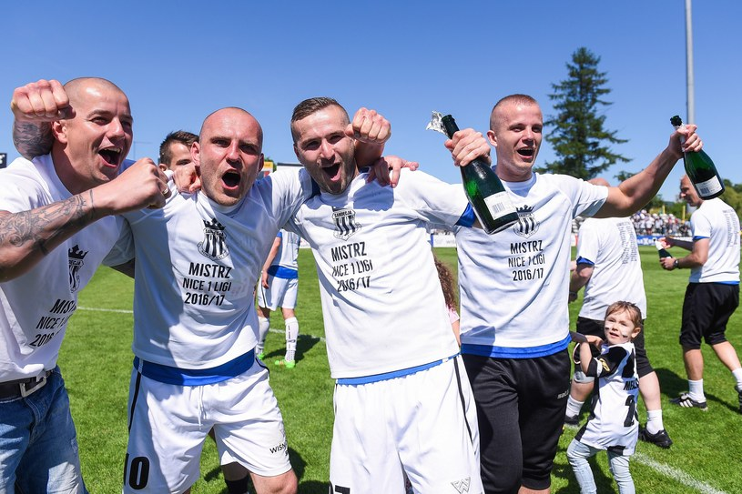 Od lewej: Maciej Korzym, Wojciech Trochim, Bartłomiej Dudzic cieszą się po awansie do Ekstraklasy /Michał Stańczyk /Newspix