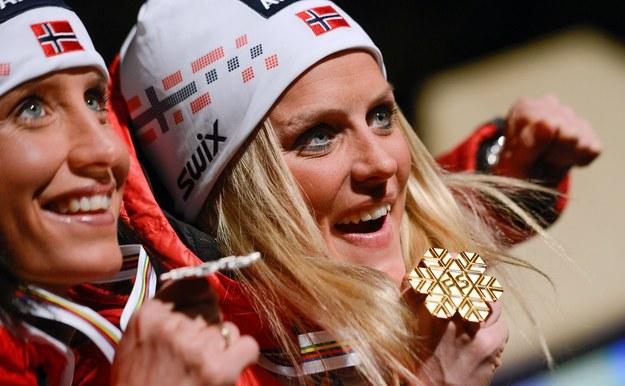 Od lewej Marit Bjoergen i Therese Johaug /AFP