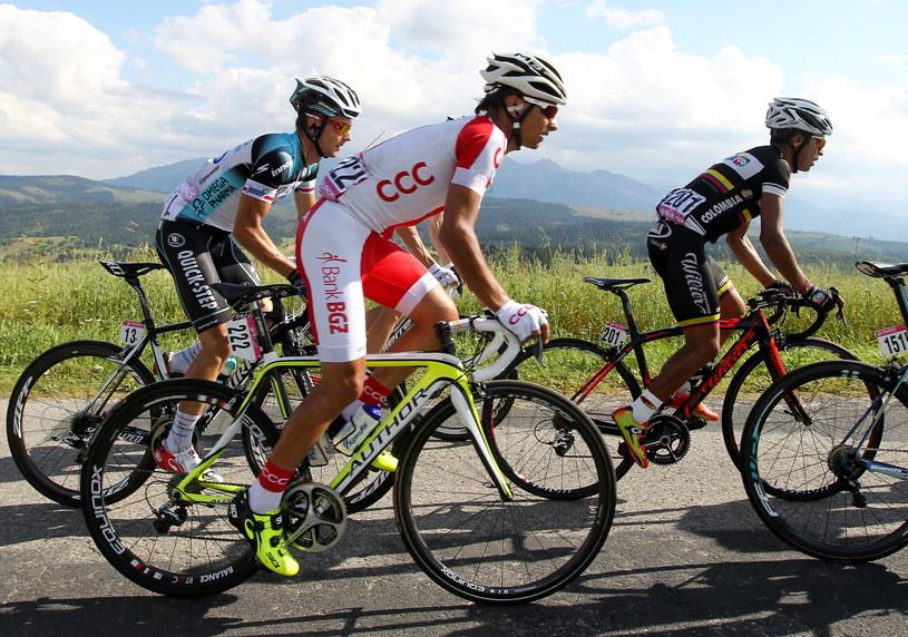 Od lewej: Michał Gołaś, Paweł Cieślik i John Darwin Atapuma Hurtado na trasie 5. etapu Tour de Pologne /Grzegorz Momot /PAP
