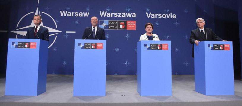 Od lewej: minister spraw wewnętrznych i administracji Mariusz Błaszczak, minister obrony narodowej Antoni Macierewicz, premier Beata Szydło i minister spraw zagranicznych Witold Waszczykowski podczas konferencji prasowej po szczycie NATO /Radek Pietruszka /PAP