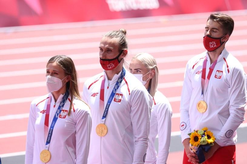 Od lewej: Natalia Kaczmarek, Karol Zalewski, Justyna Święty-Ersetic i Kajetan Duszyński podczas ceremonii wręczenia medali najlepszym sztafetom mieszanym 4x400 metrów, na Stadionie Olimpijskim / Leszek Szymański    /PAP