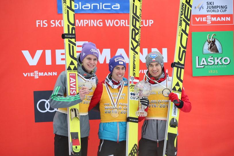Od lewej: Niemiec Andreas Wellinger - 2. miejsce, Austriak Stefan Kraft - 1. miejsce i Polak Kamil Stoch - 3. miejsce na podium klasyfikacji generalnej lotów narciarskich /Grzegorz Momot /PAP