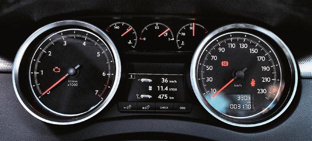 Od lewej: obrotomierz, wskaźnik temperatury oleju, poziom paliwa, wskaźnik temperatury płynu i prędkościomierz. /Motor