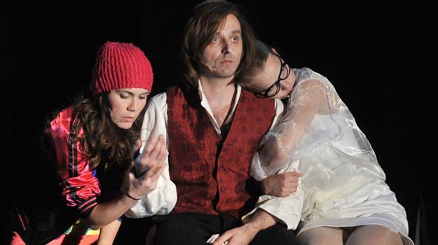 """Od lewej: Olga Bołądź, Wojciech Mecwaldowski i Joanna Kulig w spektaklu """"Chopin musi umrzeć"""" /AKPA"""