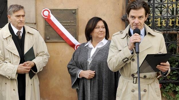 Od lewej: Olgierd Łukaszewicz, Anna Komorowska i Marcin Kwaśny na tle tablicy /AKPA