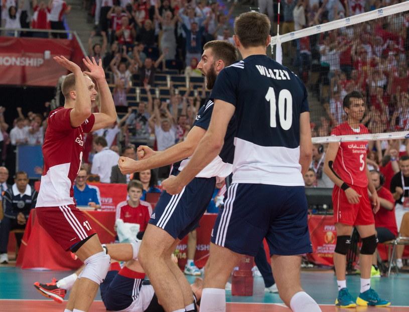 Od lewej: Paweł Zatorski, Marcin Możdżonek i Mariusz Wlazły cieszą się po wygranym meczu z Iranem /Grzegorz Michałowski /PAP