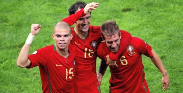 Od lewej: Pepe, Ricardo Carvalho i Raul Meireles /AFP