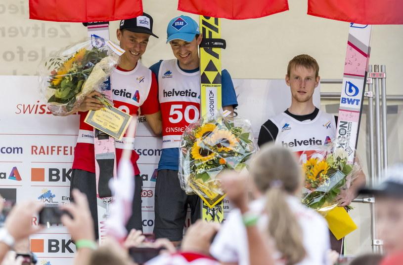 Od lewej: Piotr Żyła, Kamil Stoch i Jewgienij Klimow na podium w Einsiedeln /PAP/EPA