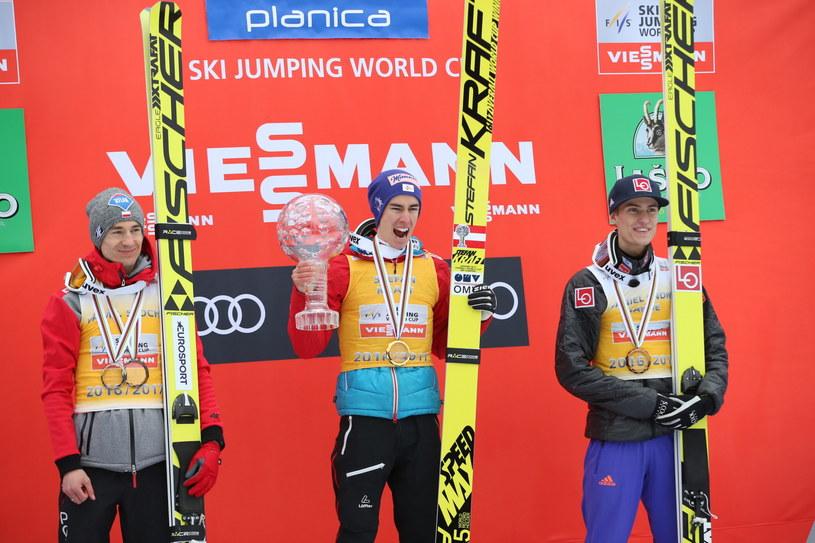 Od lewej: Polak Kamil Stoch - 2. miejsce, Austriak Stefan Kraft - 1. miejsce i Norweg Daniel Andre Tande - 3. miejsce, na podium klasyfikacji generalnej Puchar Świata /Grzegorz Momot /PAP
