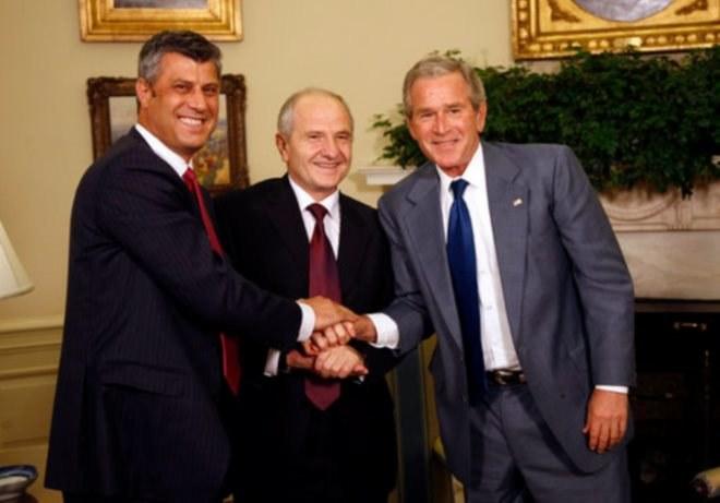 Od lewej: premier Kosowa Hashim Thaçi, prezydent Fatmir Sejdiu i prezydent George W. Bush /Getty Images/Flash Press Media