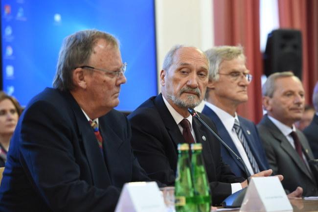 Od lewej: przewodniczący podkomisji smoleńskiej dr inż. Wacław Berczyński, minister obrony narodowej Antoni Macierewicz i członek komisji prof. Kazimierz Nowaczyk /Radek Pietruszka /PAP