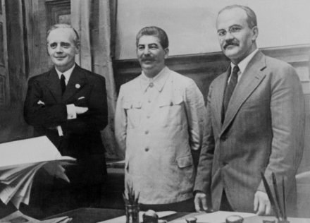Od lewej Ribbentrop, Stalin i Mołotow /AFP