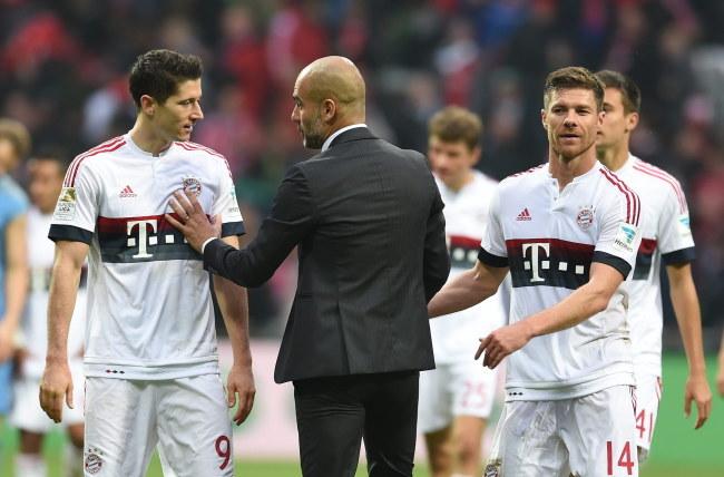 Od lewej: Robert Lewandowski, Josep Guardiola i Xabi Alonso /AFP