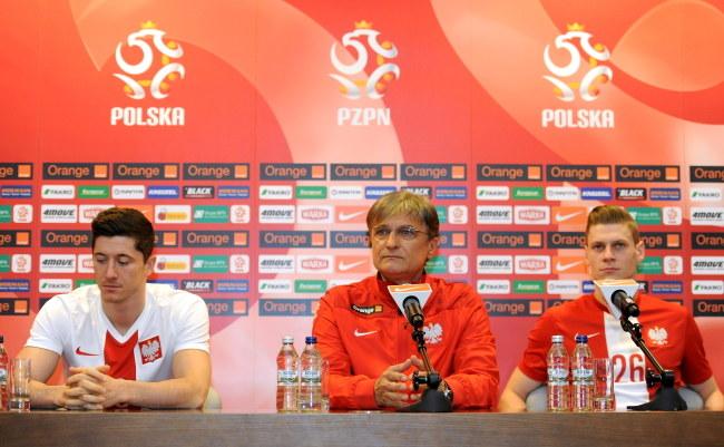 Od lewej: Robert Lewandowski, selekcjoner Adam Nawałka i Łukasz Piszczek /Bartłomiej Zborowski /PAP