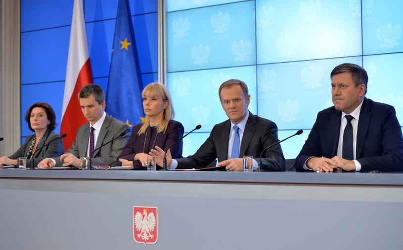 Od lewej: rzecznik rządu Małgorzata Kidawa-Błońska, minister finansów Mateusz Szczurek, wicepremier Elżbieta Bieńkowska, premier Donald Tusk i wicepremier Janusz Piechociński. /Radek Pietruszka /PAP