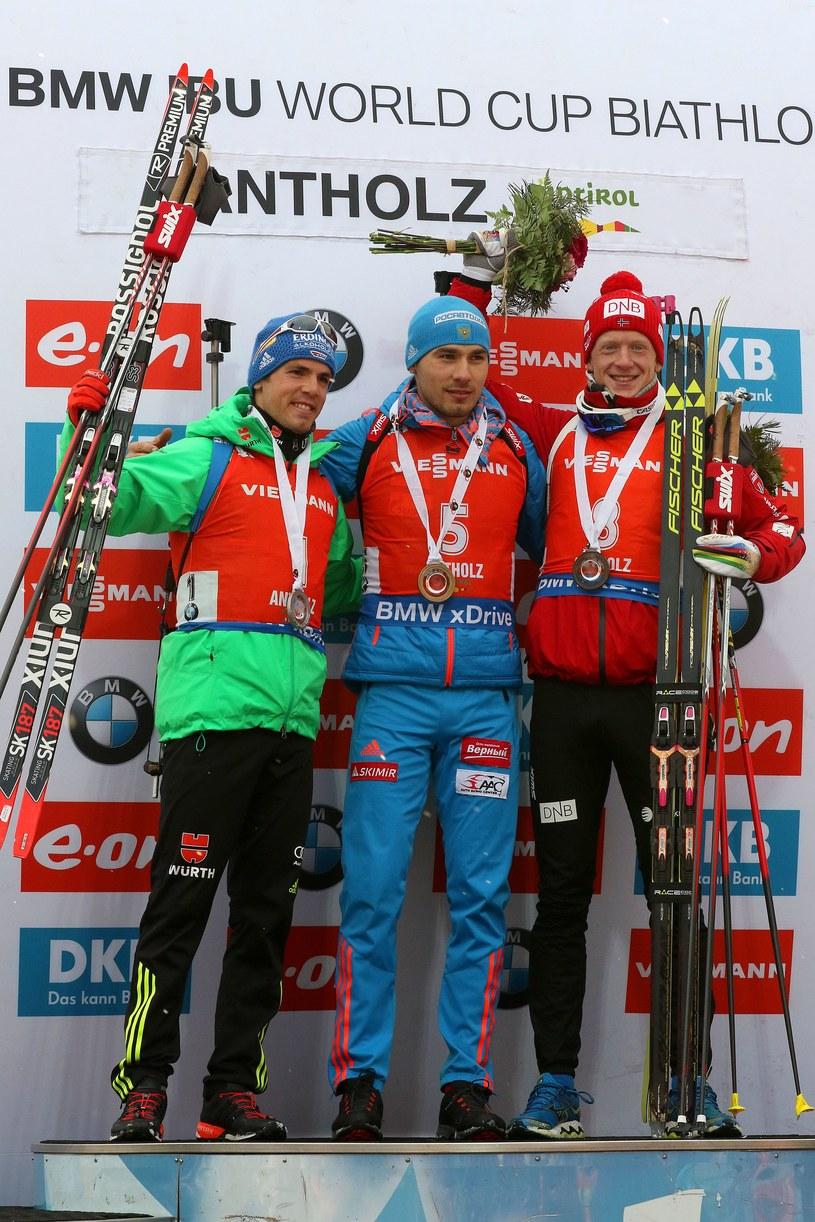 Od lewej: Simon Schempp, Anton Szypulin i Johannes Thingnes Boe /AFP