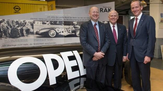 Od lewej: Stephen J. Girsky, Prezes Rady Nadzorczej Adam Opel AG, Daniel F. Akerson, szef GM, i dr Karl-Thomas Neumann, Prezes Zarządu Adam Opel AG na tle samochodu Opel RAK 2 Rocket Car. /Opel
