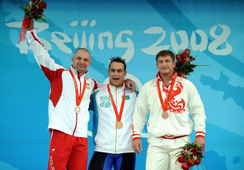 Od lewej: Szymon Kołecki, Ilja Ilin i Chadżimurat Akkajew na podium igrzysk w Pekinie /AFP
