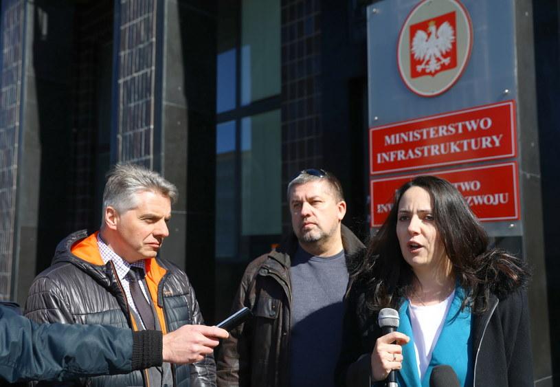 Od lewej: Tomasz Parol, Paweł Kubalski i Halszka Bielecka, podczas briefingu inaugurującego działalność Partii Kierowców /Rafał Guz /PAP