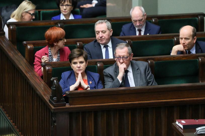 Od lewej w pierwszym rzędzie: premier Beata Szydło i minister środowiska Jan Szyszko /Leszek Szymański /PAP