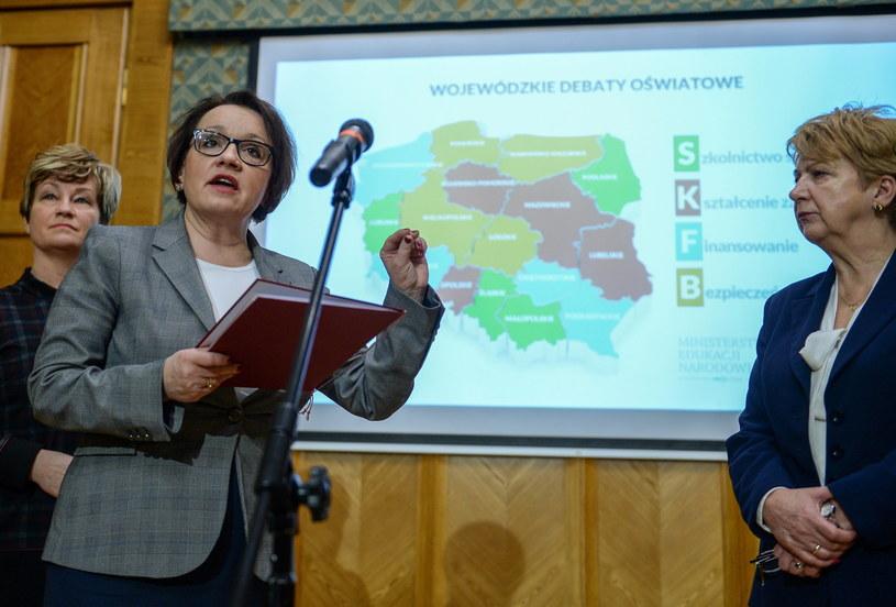 Od lewej: wiceminister edukacji Marzenna Drab, minister edukacji narodowej Anna Zalewska, wiceminister edukacji Teresa Wargocka /Marcin Obara /PAP