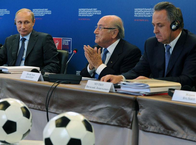 Od lewej: Władimir Putin, szef FIFA Sepp Blatter i Witali Mutko /AFP