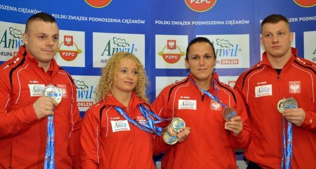 Od lewej: złoty medalista w kat. 94 kg Adrian Zieliński, srebrna medalistka w kat 48 kg Marzena Karpińska, z krążkiem brązowym w kat 75 kg Ewa Mizdal oraz srebrnym w kat. 94 kg Tomasz Zieliński /Radek Pietruszka /PAP