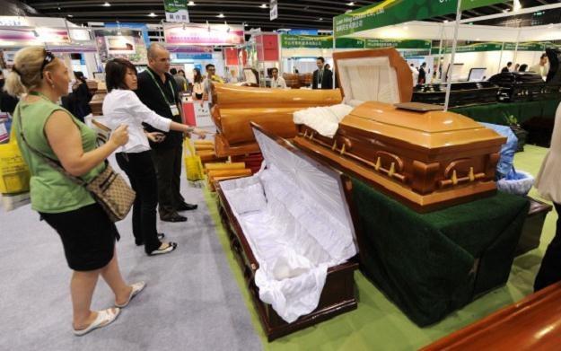 Od marca zasiłek pogrzebowy zostanie obniżony o ponad 30 proc. - do 4 tys. zł /AFP