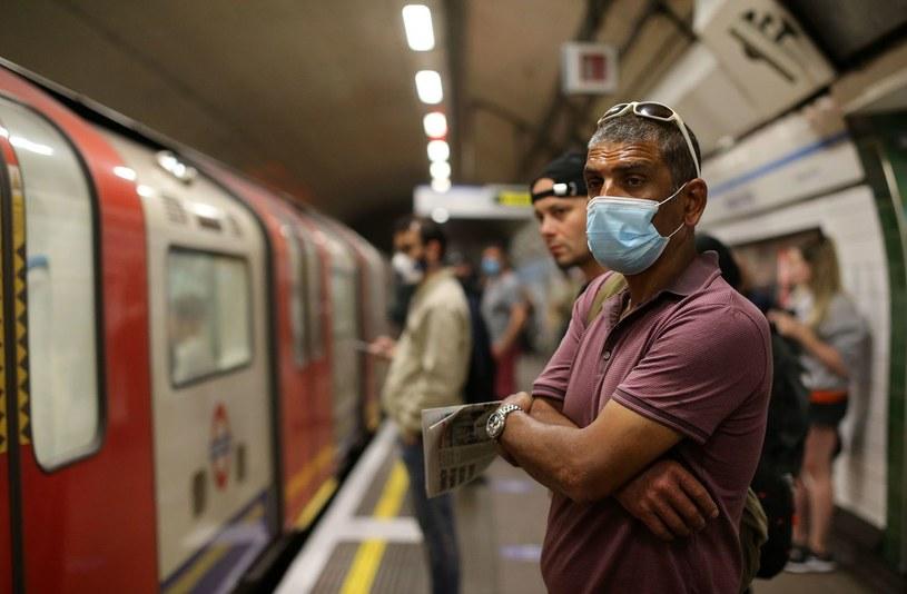 Od miesiąca noszenie maseczek jest obowiązkowe w angielskim transporcie publicznym. Nz. metro w Londynie w maju br. /AFP
