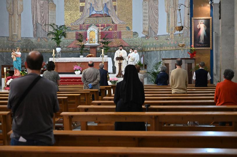 Od niedzieli w kościołach zmieści się więcej wiernych /ANDREAS SOLARO / AFP /AFP