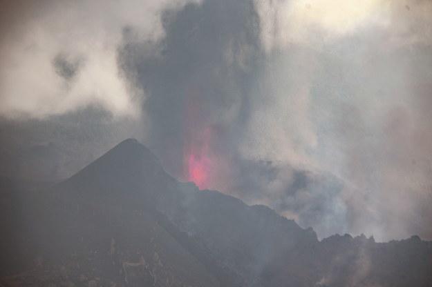 Od piątkowego wieczora na Cumbre Vieja pojawiły się dwa nowe źródła lawy /MIGUEL CALERO /PAP/EPA