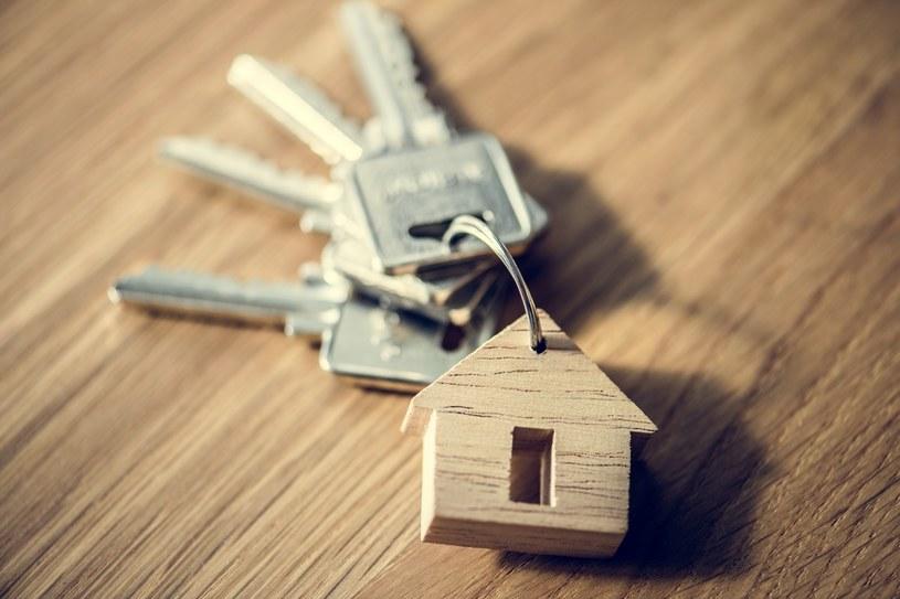 Od płacenia podatku dochodowego po sprzedaży mieszkania może zwolnić przeznaczenie uzyskanych pieniędzy na tzw. własne cele mieszkaniowe /123RF/PICSEL