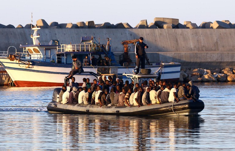 Od połowy tego roku w Cieśninie Sycylijskiej zginęło nawet 1600 uciekinierów; na zdjęciu uratowani imigranci z Libii, których statek utonął w pobliżu miasta Guarabouli w listopadzie 2014 r. /MAHMUD TURKIA  /AFP