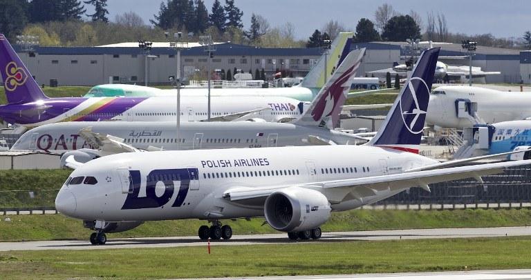 Od poniedziałku 17 lutego br. pasażerowie mogą korzystać ze swoich urządzeń elektronicznych w tzw. trybie samolotowym na pokładach samolotów PLL LOT. /AFP
