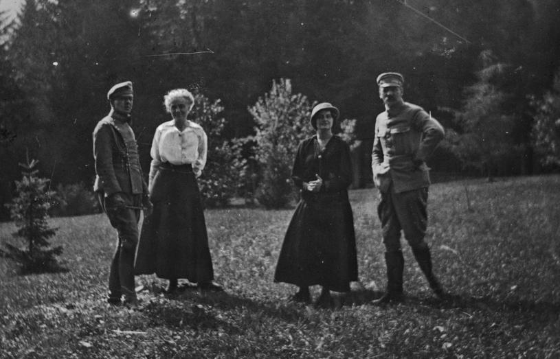 Od prawej: brygadier Józef Piłsudski, Aleksandra Szczerbińska, Maria Michalewska, porucznik Bolesław Wieniawa-Długoszowski w Zakopanem, 1916 /Styl.pl/materiały prasowe