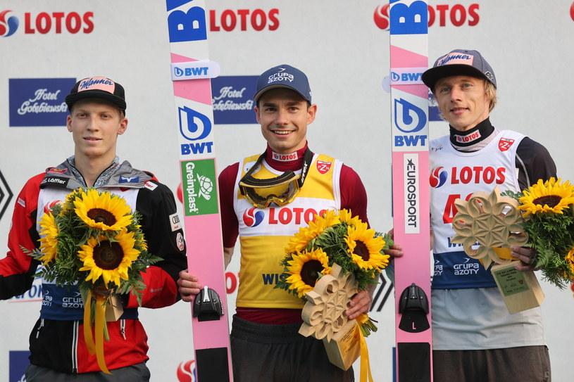 Od prawej: Dawid Kubacki, Jakub Wolny i Jan Hoerl na podium w Wiśle /Grzegorz Momot /PAP