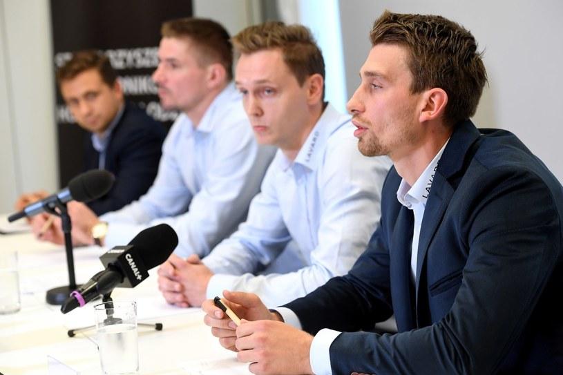 Od prawej: Krystian Dziubiński, Marcin Kolusz i Maciej Kruczek podczas konferencji prasowej Stowarzyszenia Zawodników Hokeja na Lodzie w Krakowie /Jacek Bednarczyk   /PAP