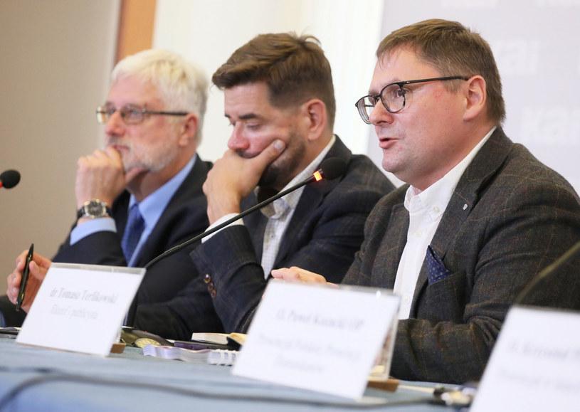 Od prawej: przewodniczący komisji Tomasz Terlikowski, prawnik Michał Królikowski i prezes KAI Marcin Przeciszewski /Pawel Wodzynski/East News /East News
