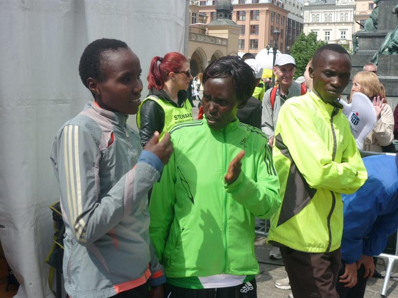 Od prawej: zwycięzca maratonu Edwin Kirui, zwyciężczyni maratonu Elizabeth Jeruiyot Chemweno i druga wśród kobiet jej rodaczka - Gladys Jepkurui Biwott. /Michał Białoński /INTERIA.PL