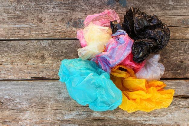 Od prawie dwóch lat obowiązkowe jest pobieranie opłaty recyklingowej za wydawane torby foliowe. /©123RF/PICSEL