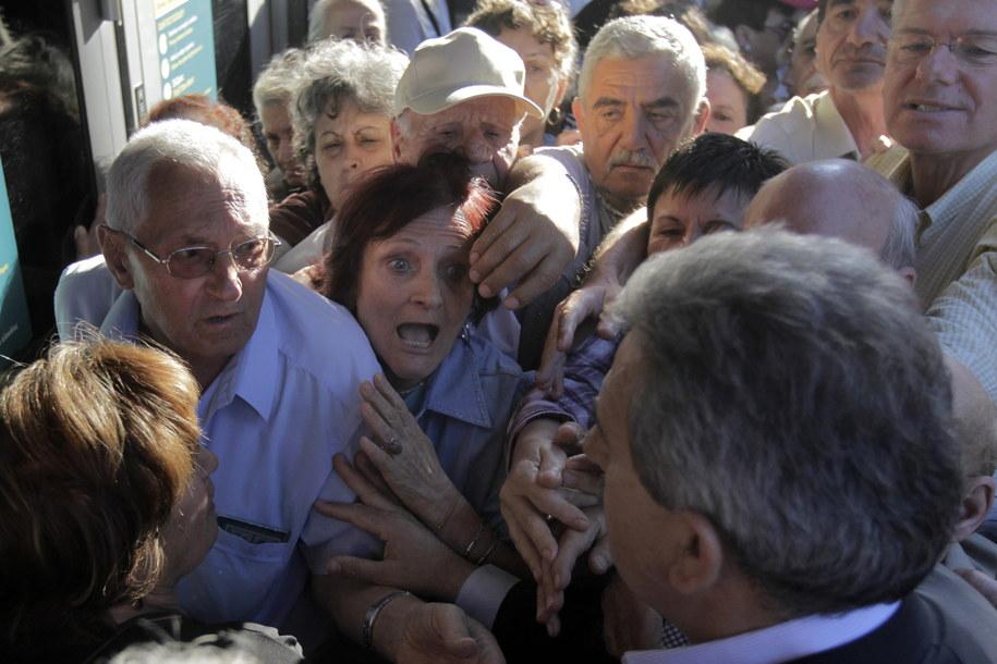 Od rana emeryci ustawiali się w kolejkach przed bankami /ORESTIS PANAGIOTOU /PAP/EPA