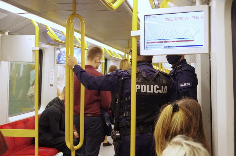 Od soboty policja sprawdza w całym kraju przestrzeganie obowiązku zakrywania ust i nosa /Marek Bazak /East News