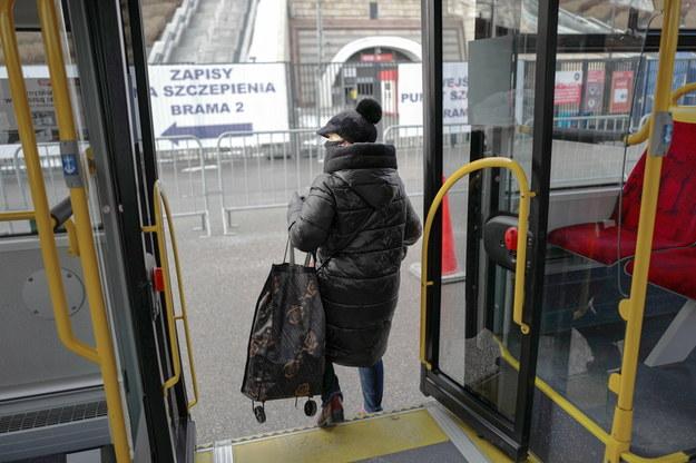 Od soboty więcej osób będzie mogło podróżować transportem publicznym /Mateusz Marek /PAP