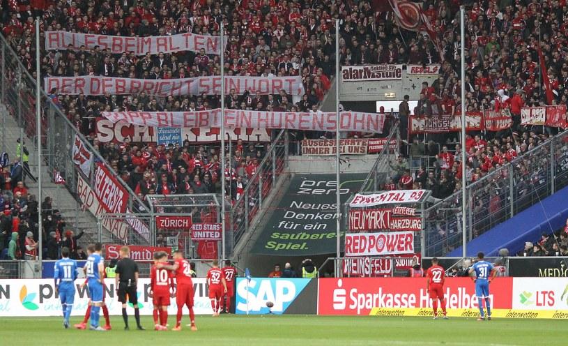 Od tego wszystko się zaczęło. Kibice Bayernu wywiesili transparenty, których treść obrażała właściciela klubu z Hoffenheim - Dietmara Hoppa /AFP