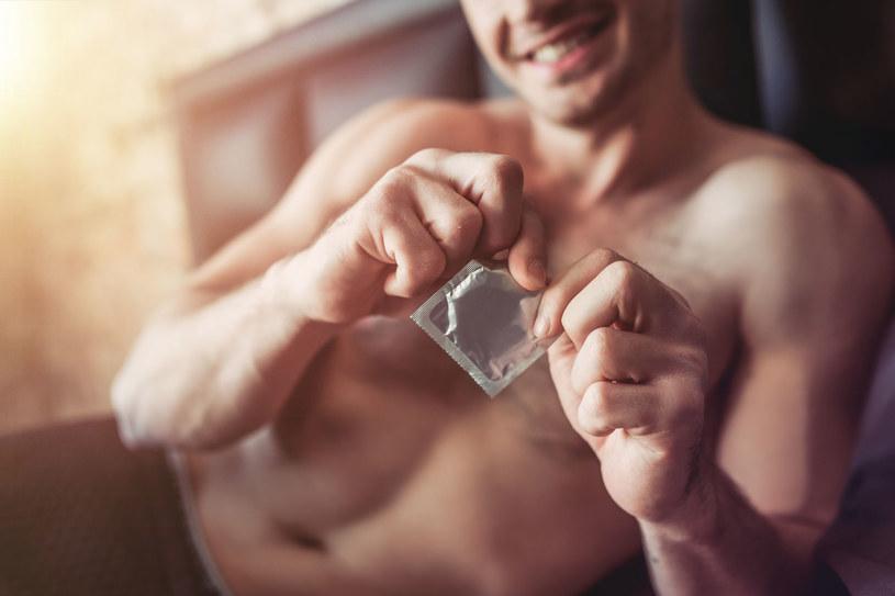 Od tej zasady nie ma wyjątków: raz użytą prezerwatywę należy wyrzucić /123RF/PICSEL